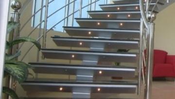 Dünya için merdiven üretmeyi sürdürüyor.